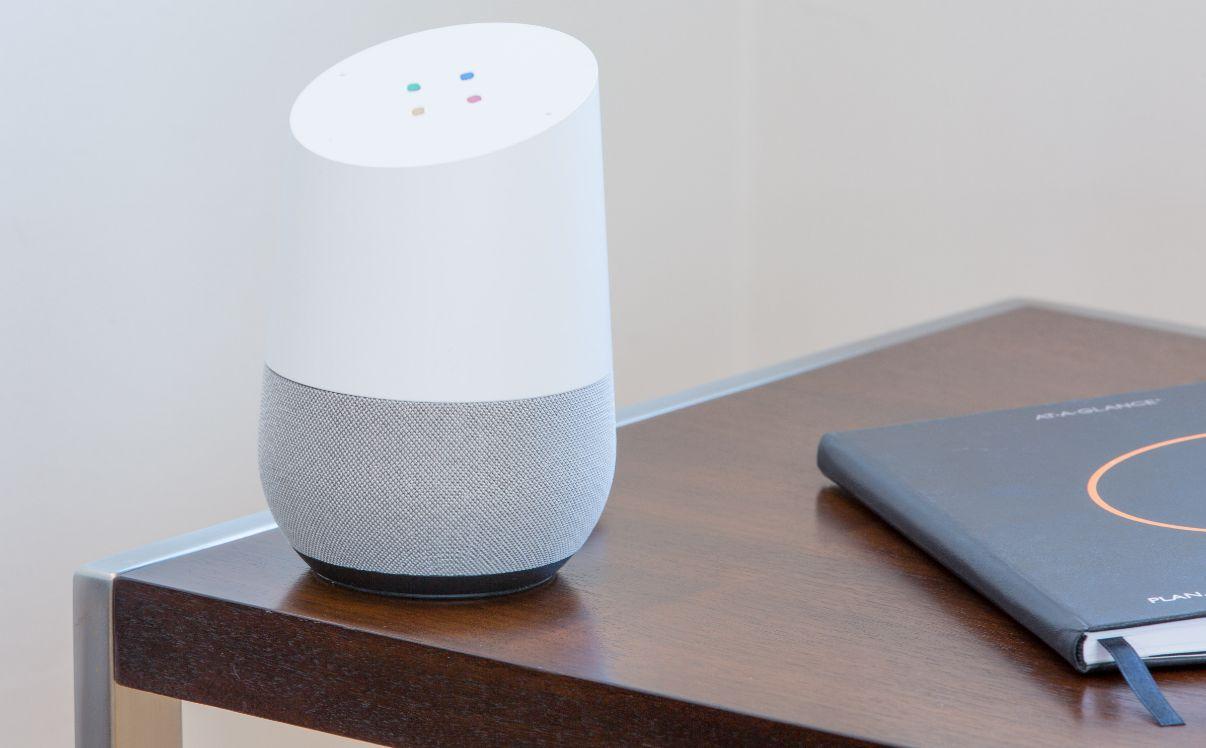 dispositivo di Google Home appoggiato su tavolo