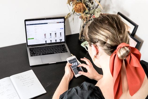 donna usando smartphone e computer