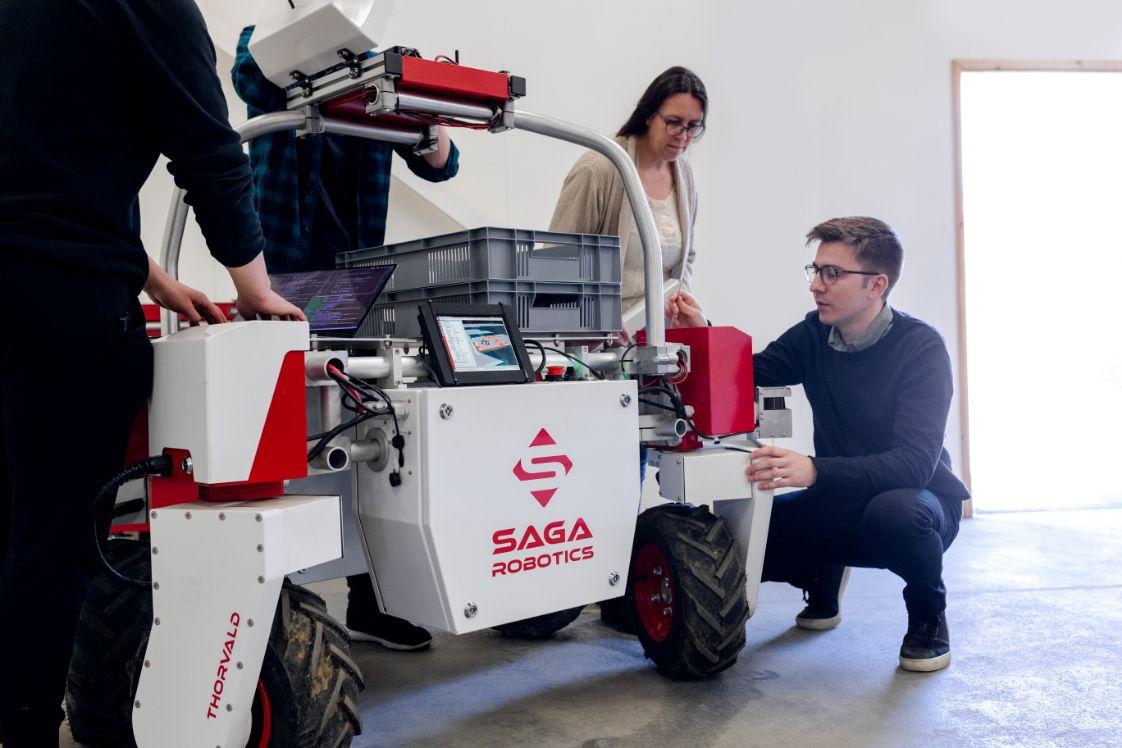 persone riunite lavorando con un robot