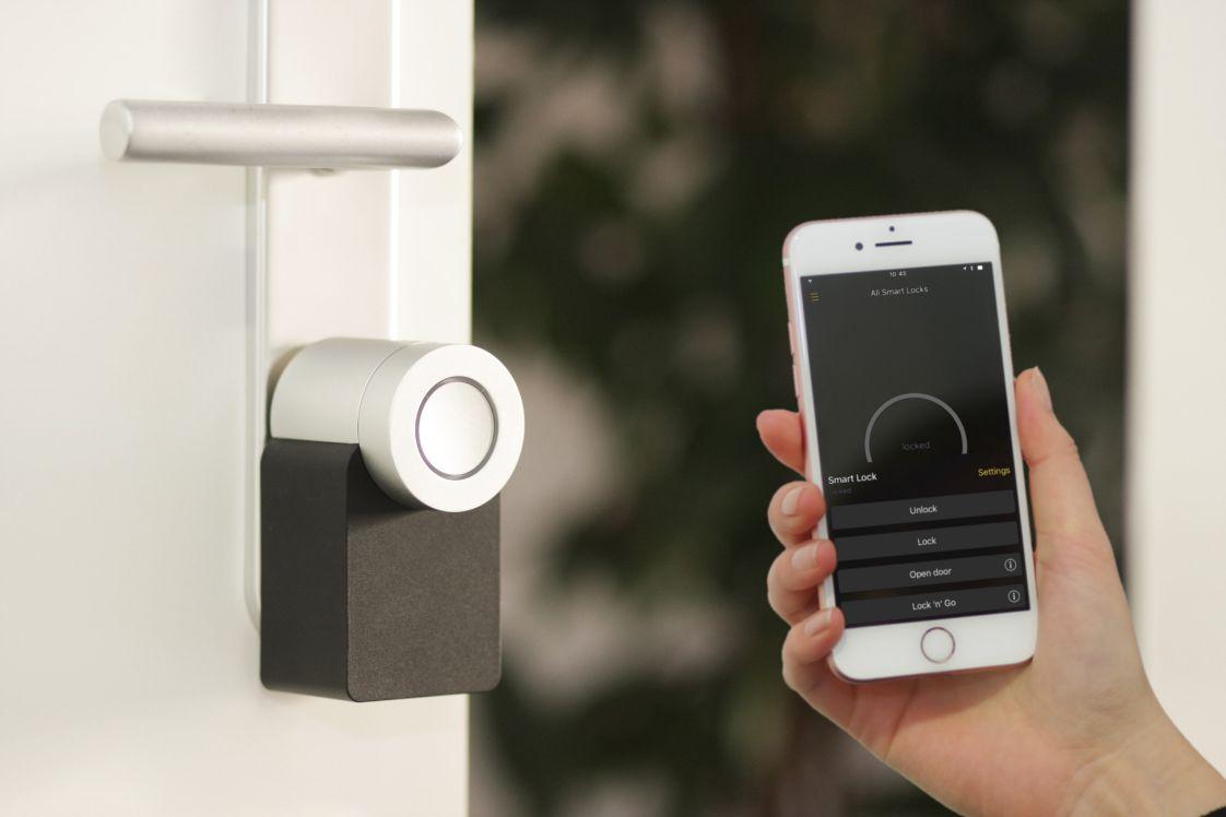 smartphone con dispositivo di sblocco porta di casa