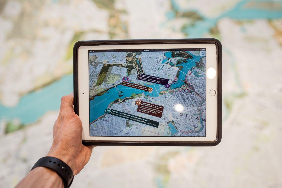 tablet con mappa a realtà aumentata