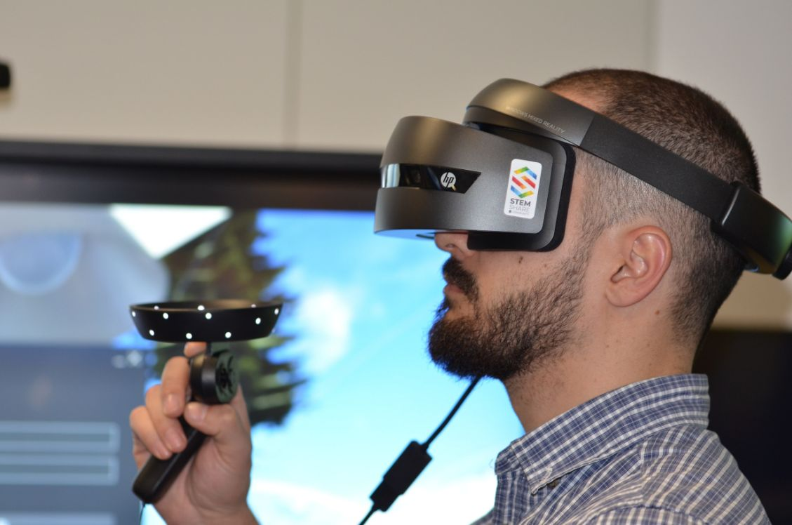 uomo indossando occhiali per realtà virtuale