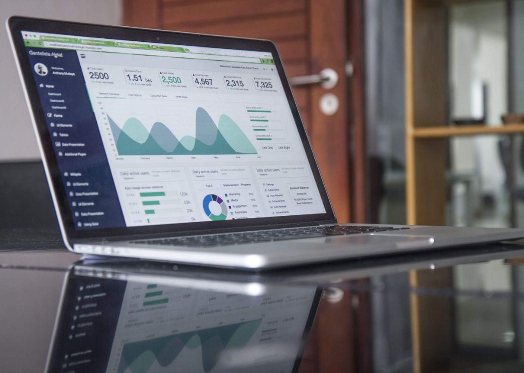 computer su tavolo con dati di analitica