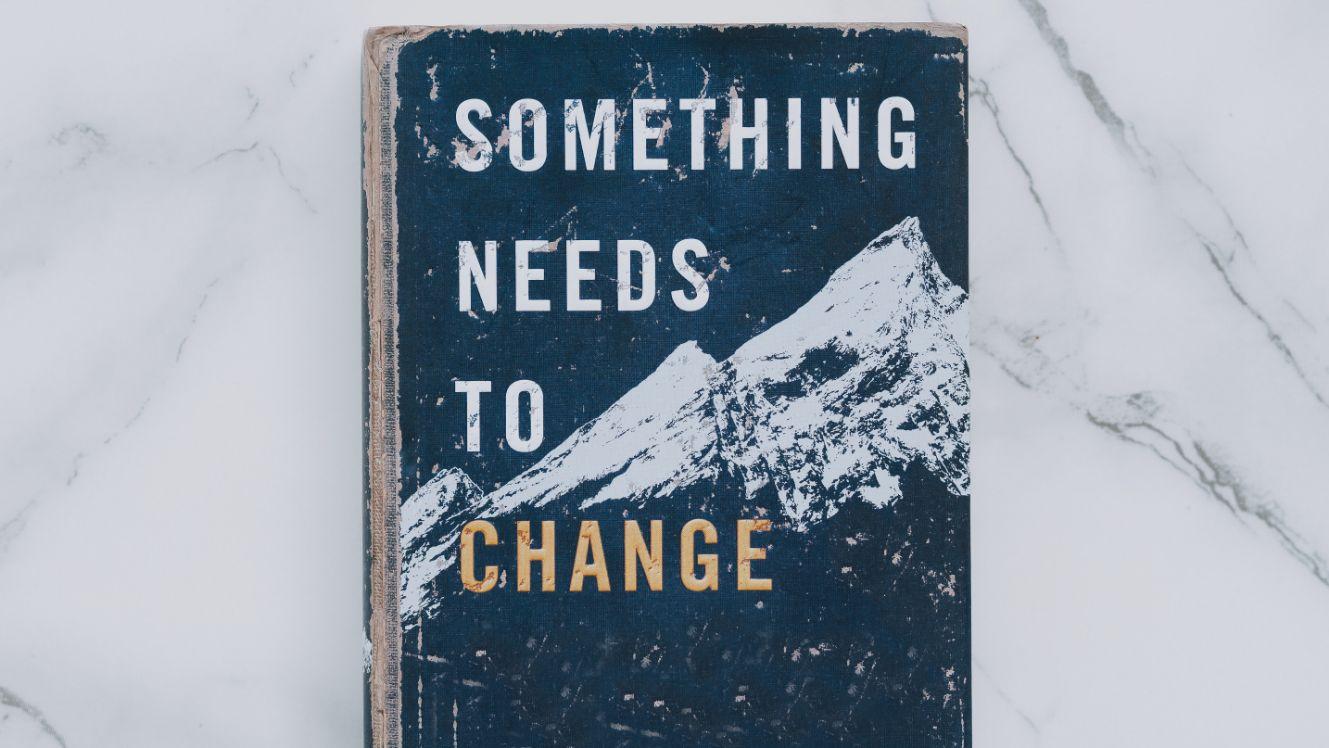 libro su cambiamento con scritte in copertina