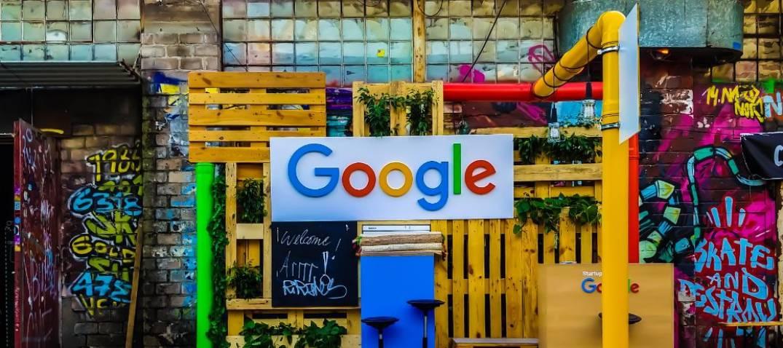logo di Google su una parete