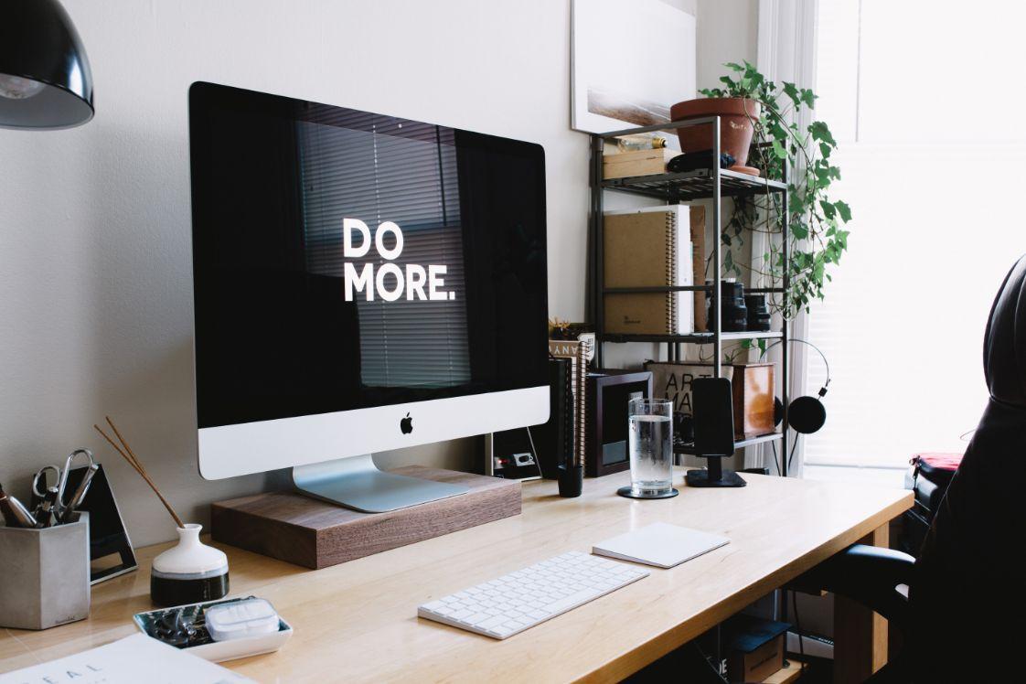 computer su scrivania con scritta Do More