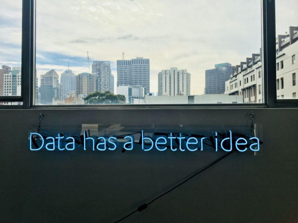 """led con scritta """"Data has a better idea"""""""
