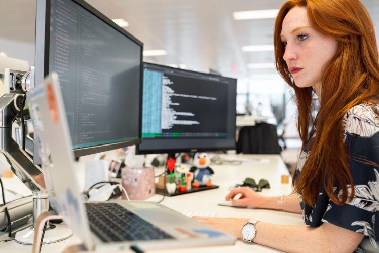 ragazza programmatrice
