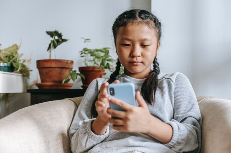 bambina che usa smartphone